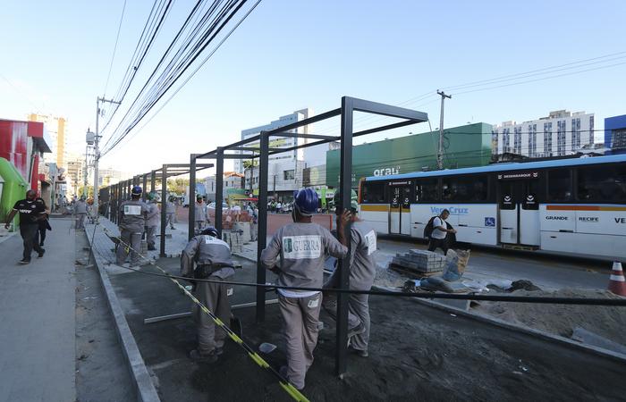 Prefeitura prossegue implantando as novas paradas de ônibus, em metal e vidro temperado. Foto: Tarciso Augusto/Esp. DP FOTO