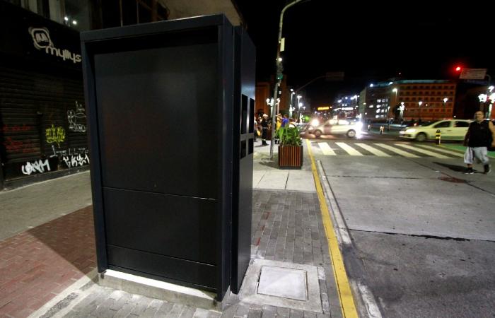 Protótipo do quiosque que abrigará dois ambulantes está instalado no cruzamento da avenida com a Rua da Aurora. Foto: Bruna Costa/Esp. DP FOTO