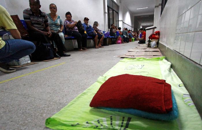 Às 21h desta terça, a fila de espera já era grande. Foto: Bruna Costa/Esp. DP