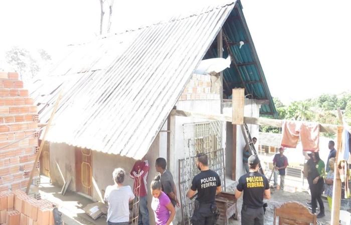 Na manhã desta quarta (18), a PF encontrou oito trabalhadores em condições degradantes em um imóvel onde trabalhavam e moravam em Pacaraima - Créditos: Divulgação/PF.