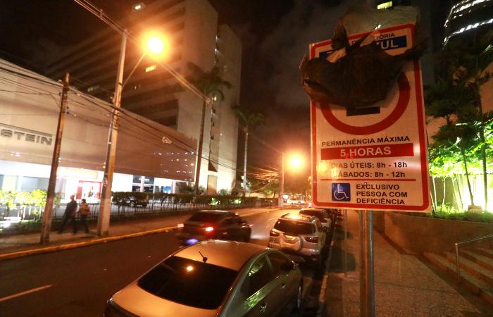 Placas de Zona Azul começaram a ser instaladas nas ruas da Ilha do Leite. Foto: Bruna Costa/Esp. DP FOTO