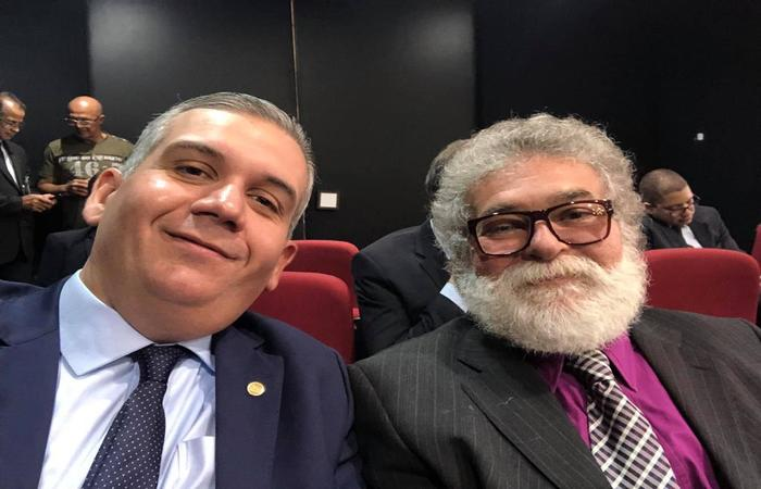 O presidente da OAB-PE, Bruno Baptista, com o advogado Gilberto Marques. Crédito: Reprodução Facebook.