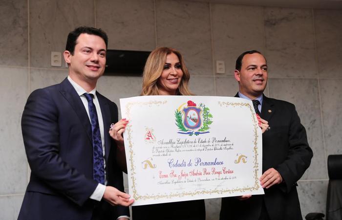 O título foi entregue pelo deputado Clodoaldo Magalhães. FOTO: Rodolfo Barbosa/Comunicação Clodoaldo Magalhães