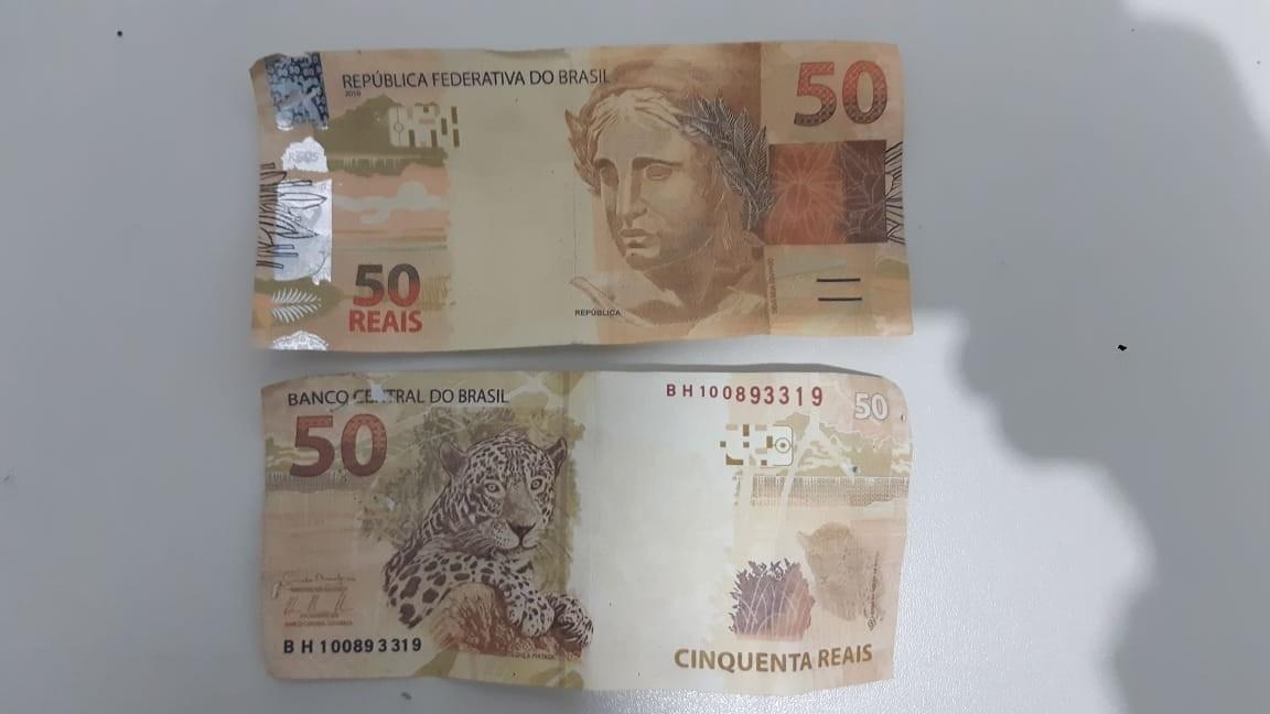 Duas cédulas falsas no valor de R$ 50 foram encontradas debaixo do banco traseiro. Crédito: PRF/Divulgação