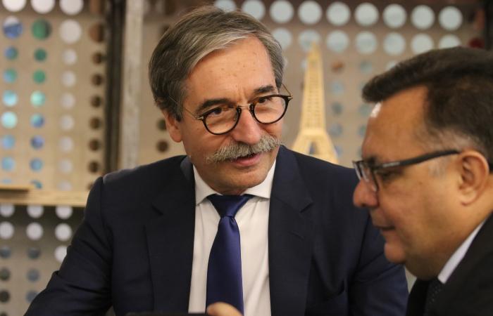 Presidente do Icam, François Bouvard, conversa com o reitor da Unicap, padre Pedro Rubens. Foto: Tarciso Augusto/Esp. DP