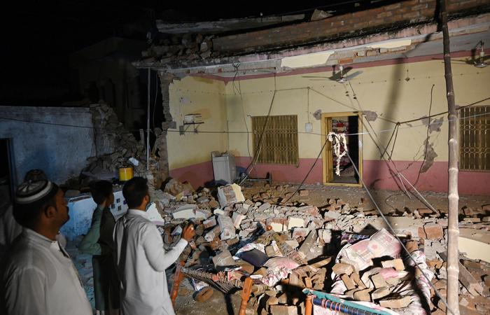Pessoas olhando os escombros causados pelos tremores no norte do Paquistão nesta terça-feira - Foto: AFP.