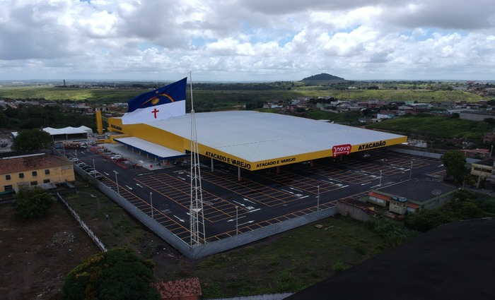 Loja conta com 12 mil metros quadrados de área construída, mix de oito mil produtos e 500 vagas de estacionamento. Foto: Novo Atacadão/Divulgação