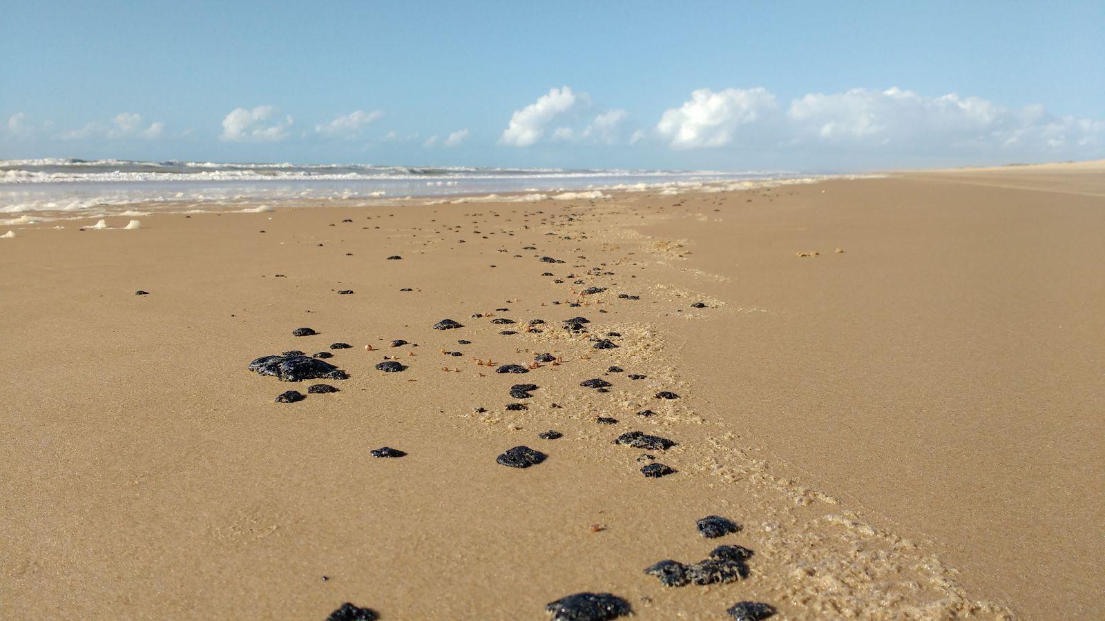 Manchas de Óleo registradas em uma praia de Sergipe em 2016 - Foto: Banco de Imagens/Ibama