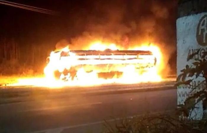 Ônibus incendiado na madrugada em Maranguape. Foto: reprodução (Foto: reprodução)