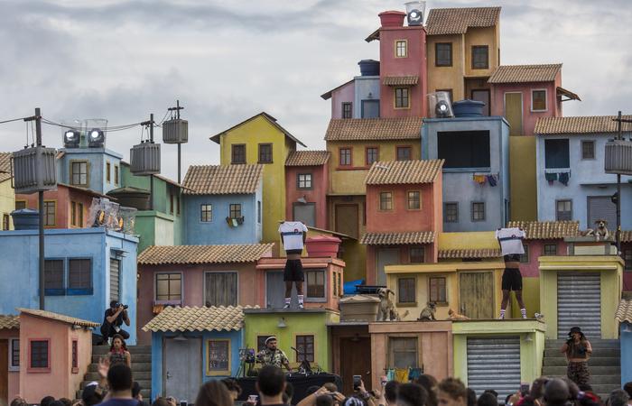 A réplica com cara de favela cenográfica do Projac virou um dos pontos turísticos da Cidade do Rock nesta sexta  - Foto: AFP.