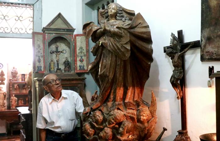Zé Santeiro com escultura de Nossa Senhora da Conceição do século 18. Foto: Bruna Costa/DP