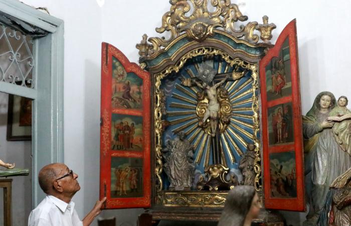 Raro oratório estilo D João V, com passagens da bíblia desenhadas nas portas. Foto: Bruna Costa/DP