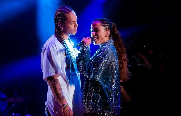 Em entrevista a reportagem, o cantor disse que a relação dos dois por enquanto não passa de amizade - Foto: Instagram/Reprodução.