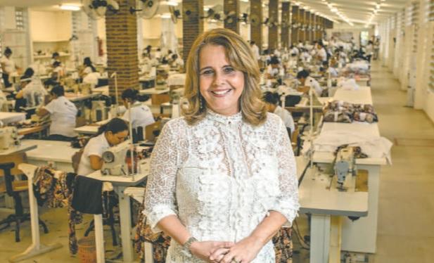 Mércia Moura, estilista e proprietária da marca, conta que a maior demanda foi por blusas. Foto: Marie Mercié / Divulgação