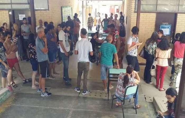 Fila de votação para a escolha de conselheiros tutelares na Escola Municipal Santos Dumont, no Santa Efigênia, em Belo Horizonte. Foto: Edésio Ferreira/EM