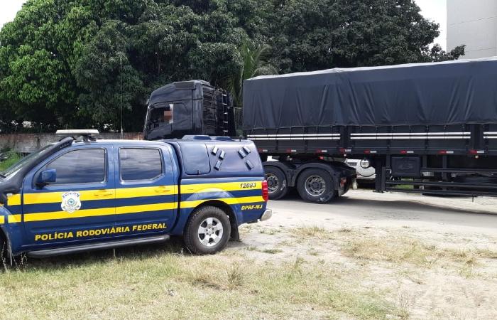 Caminhão foi apreendido em Gravatá. Foto: Divulgação/PRF