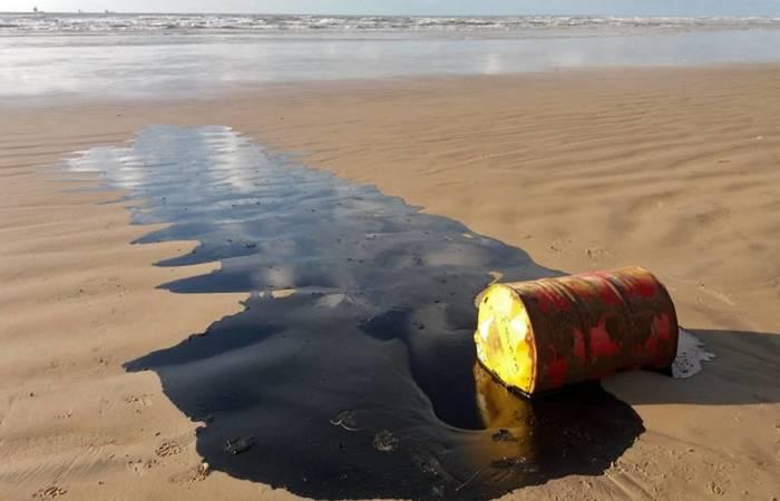Segundo a Marinha, entre as hipóteses investigadas estão naufrágio ou derramamento acidental do petróleo - Foto: AFP.