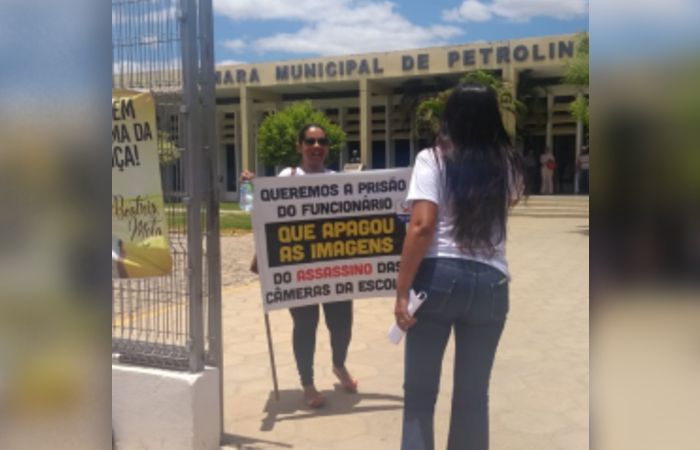 Lúcia Mota, mãe de Beatriz, grita contra a Câmara de Vereadores de Petrolina. Foto: Cortesia/Família