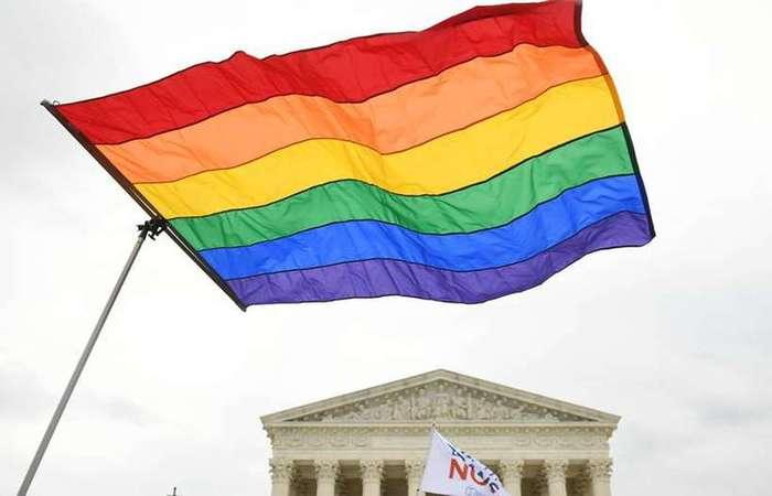Nesta terça pela manhã, cerca de 100 pessoas se reuniram na frente da Suprema Corte, em Washington, em apoio aos direitos das minorias, que contou com a participação da atriz trans Laverne Cox - Foto: AFP.