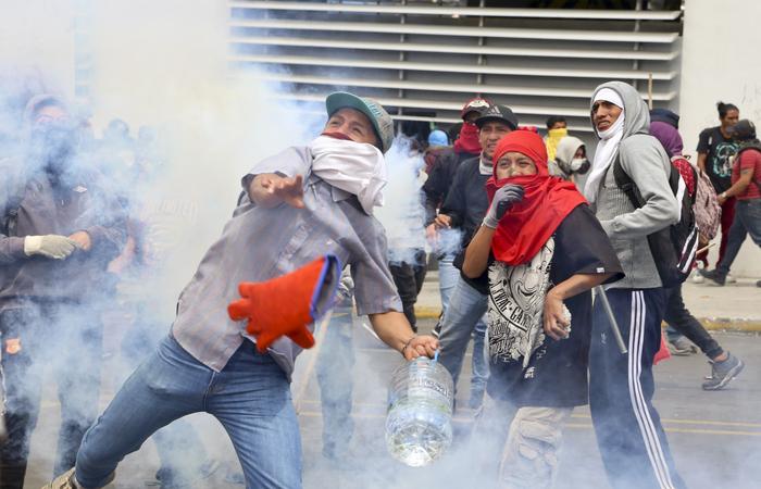 O presidente Lenín Moreno decretou nesta terça-feira o toque de recolher para proteger os prédios públicos dos protestos deflagrados com a alta nos preços dos combustíveis - Foto: AFP.