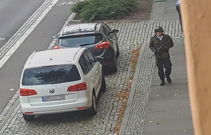 Nesta captura de tela, tirada de um vídeo do ATV-Studio Halle, um homem anda com uma arma nas ruas de Halle an der Saale, leste da Alemanha, nesta . Pelo menos duas pessoas foram mortas a tiros nesta quarta-feira (9) - Foto: Andreas Splett / ATV-Studio Halle / AFP.