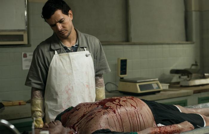 A trama é protagonizada por Stênio (Daniel de Oliveira), um funcionário noturno do IML tem o dom de conversar com os cadáveres. Foto: Pagu Filmes/Divulgação