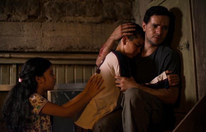 Os filhos do casal, Edson (Cauã Martins) e Ciça (Annalara Prates), não são poupados das cenas de sofrimento. Foto: Pagu Filmes/Divulgação