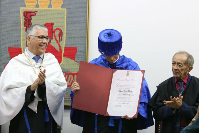 O reitor da UFPE, Anísio Brasileiro, entregou diploma de professor emérito a Mozart. Foto: Tarciso Augusto/Esp.DP.