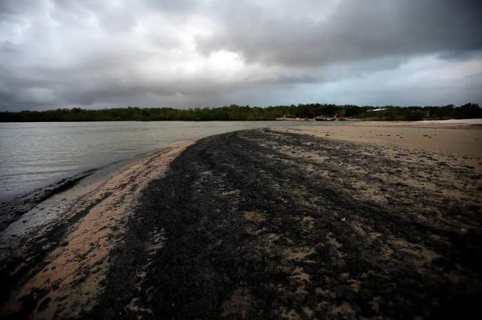 Mancha de óleo em Aracaju, Sergipe Foto: Adriano Machado/REUTERS
