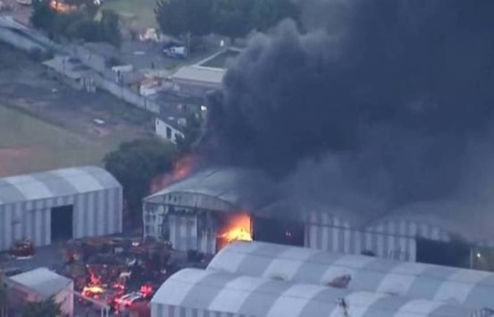 Imagens áreas de câmeras de TV mostram alegorias carnavalescas em chamas - Foto: Reprodução.