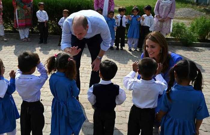 William e Kate passaram aproximadamente meia hora na instituição, que tem cerca de mil alunas, entre o ensino fundamental e médio - foto: Aamir Qureshi/AFP.