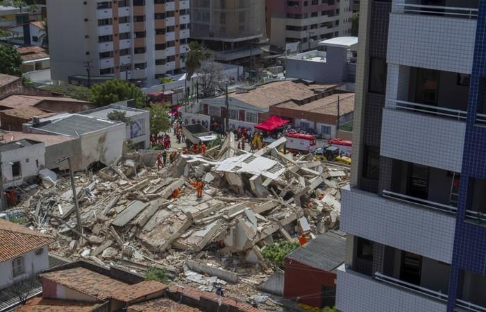 Segundo o comandante do Corpo de Bombeiros, Eduardo Holanda, após checagem de duplicidade em nome das vítimas, são até o momento três mortos - Foto: Rodrigo Patrocinio/AFP.