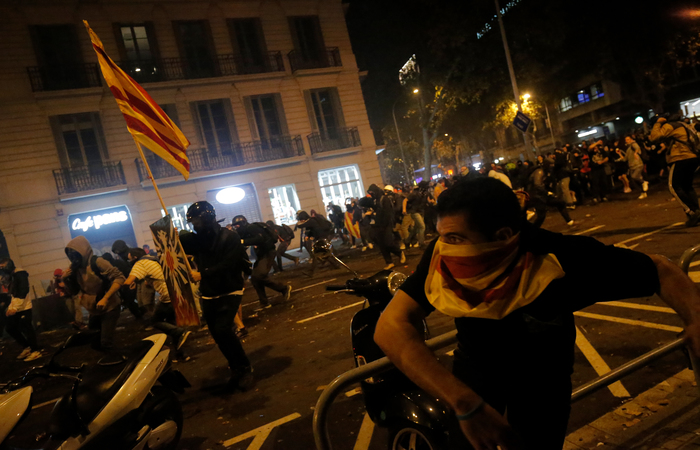 Os sinais da violência podiam ser vistos no asfalto queimado e janelas quebradas na elegante avenida do Paseo de Gracia - Foto: Pau Barrena / AFP.