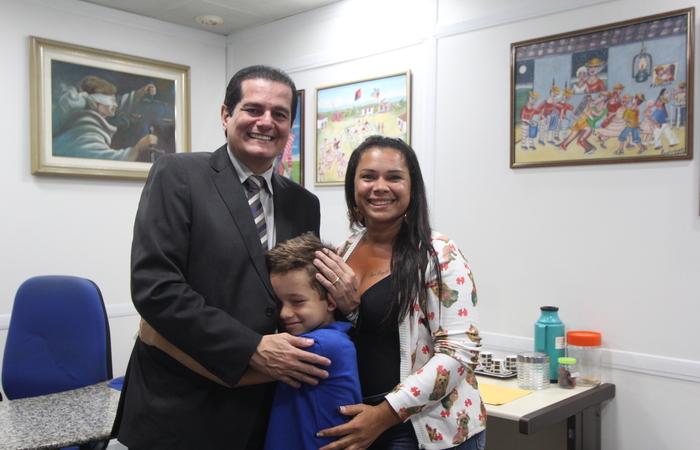 A emoção de Thallyson ao lado do juiz Clicério Bezerra e da mãe - Foto: Tarciso Augusto/Esp.DP