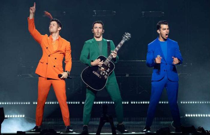 Turnê e disco novos marcam o retorno do trio Jonas Brothers aos palcos. Foto: SUZANNE CORDEIRO/AFP