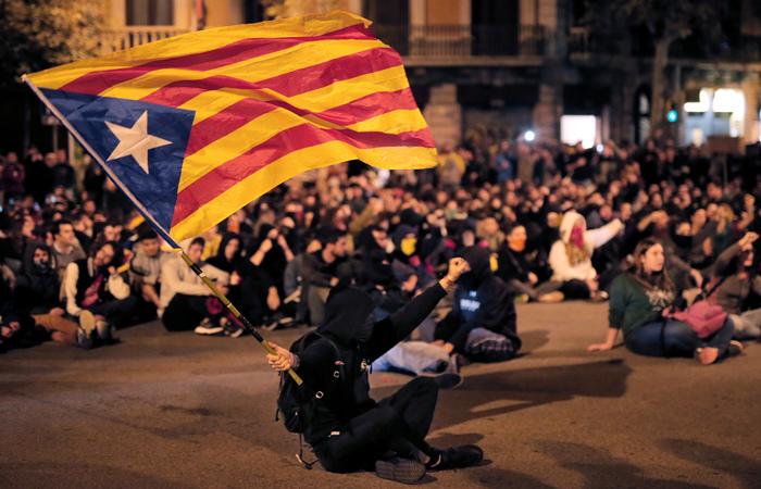 Na capital da região, ativistas separatistas realizaram novo protesto (Foto: Pau Barrena / AFP.)