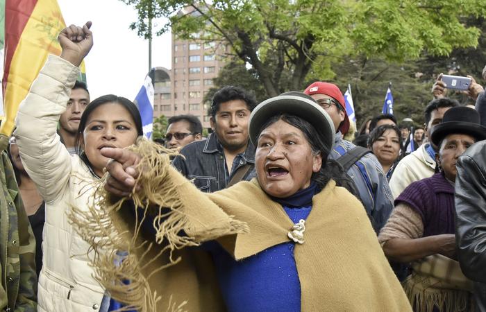 Apoiadores do presidente e candidato da Bolívia, Evo Morales, protestam contra o principal candidato da oposição, ex-presidente Carlos Mesa (2003-2005)  (Foto: AIZAR RALDES / AFP.)