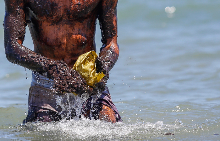 Em cinco dias, foram retiradas 257 toneladas de petróleo cru nas praias pernambucanas (Foto: Leandro de Santana/Esp. DP.)