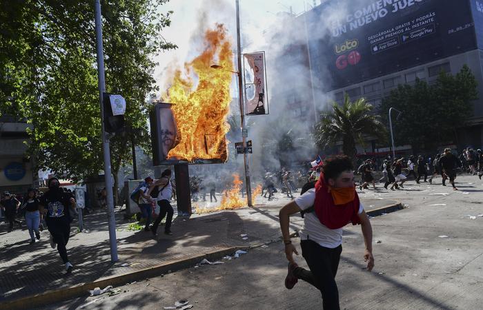 Manifestantes em clima de confronto. Foto: Martin Bernetti/AFP
