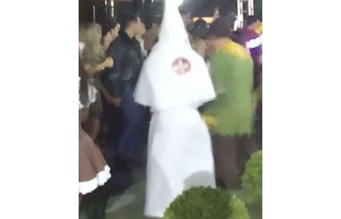 Além da roupa característica, a fantasia incluía o brasão do grupo racista norte-americano. (Foto:Reprodução/Twitter)