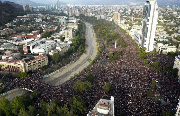 Mais de 820 mil pessoas se reuniram em uma manifestação pacífica na praça Itália. (Foto: Pedro Ugarte/AFP )