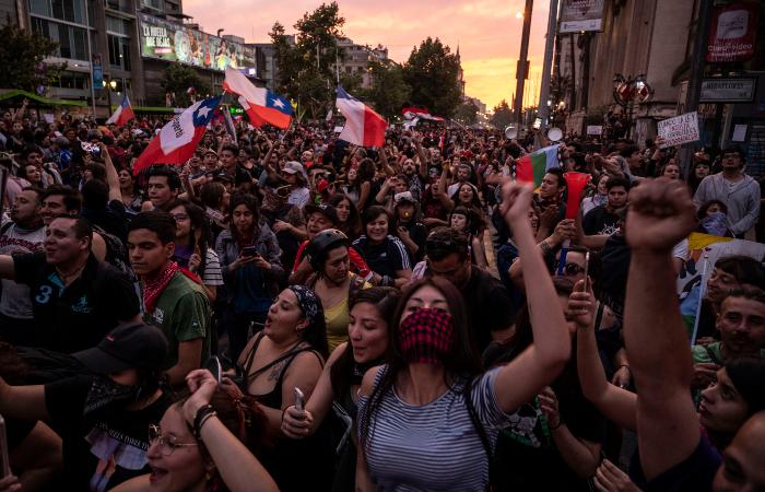 Manifestações eclodem desde o dia 18 no Chile. (Foto: Pedro Ugarte/AFP)