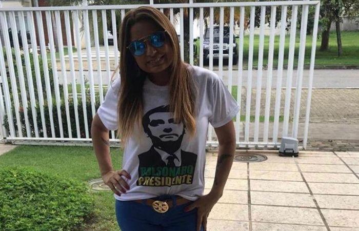Ela também postou em sua rede social foto abraçada com o deputado Rodrigo Amorim (PSL-RJ), que quebrou uma placa em homenagem à vereadora assassinada em 2018. (Foto: Instagram/Reprodução)