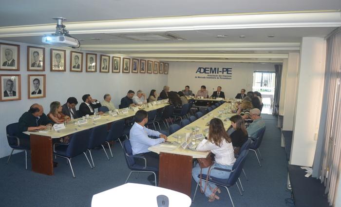 Representantes da Ademi-PE e da Aripe se reuniram para analisar o setor.  (Foto: Ademi/Divulgação)
