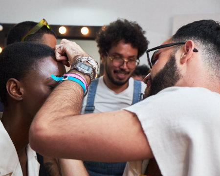 No SPFW, Mateus reproduziu a beleza criada pelo maquiador Marcos Costa. Foto: Arquivo pessoal/Divulgação