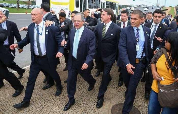 Bolsonaro e Guedes seguiram a pé do Palácio do Planalto para o Senado (AFP/Sergio LIMA)