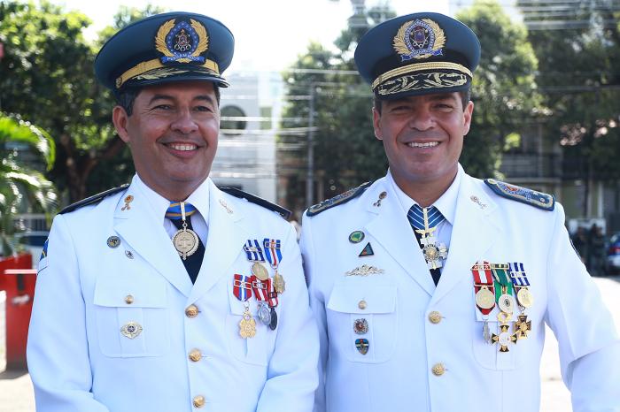 Transmissão de cargo do coronel Manoel Cunha (dir.) para o coronel Rogério Coutinho. (Foto: Hélia Scheppa/SEI)