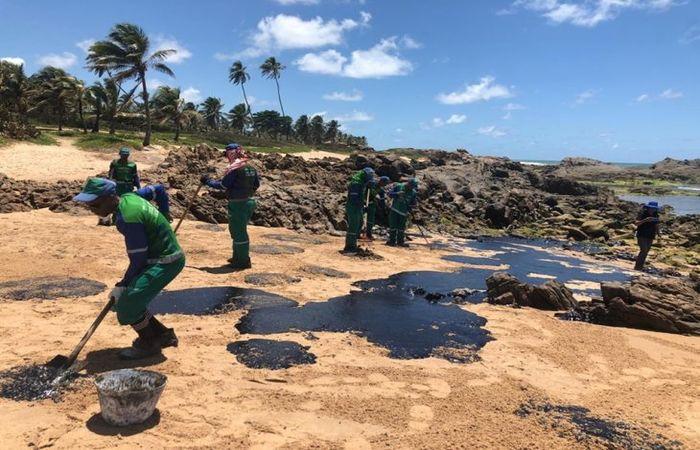 Agentes da Prefeitura de Salvador atuando para a retirada de manchas de óleo na Pedra do Sal, em Itapuã  (Foto: Divulgação / Prefeitura de Salvador)