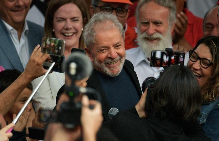 Lula saiu da sede da PF às 17h42 - pouco mais de uma hora depois da expedição do alvará de soltura pelo juiz Danilo Pereira Júnior, da 12ª Vara Federal de Curitiba (Foto: AFP )