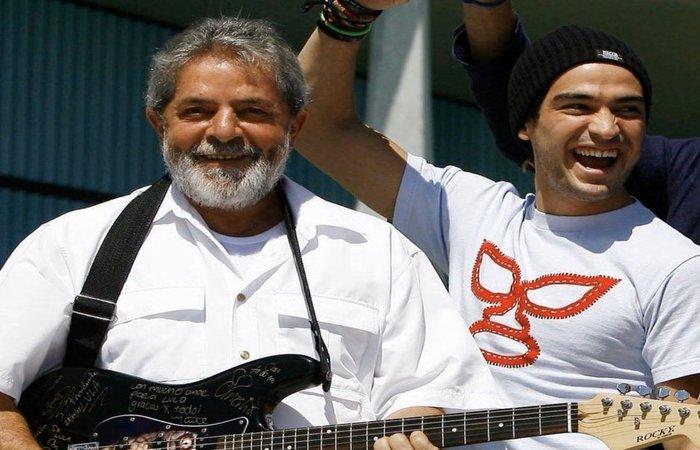 Em publicação no Twitter, o ator e produtor mexicano publicou uma foto ao lado do ex-presidente Lula (Foto: Instagram/Reprodução )